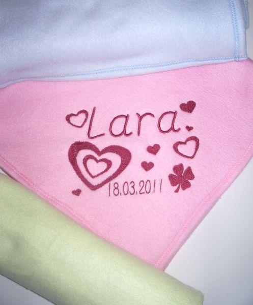 Bestickte Babydecke mit Namen, Geburtstag und Herzen