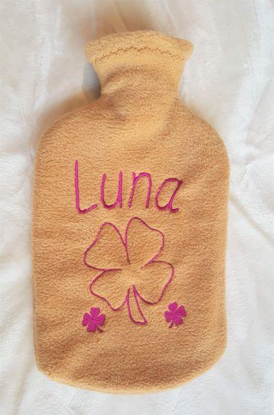 Wärmflaschenbezug mit Namen und Kleeblatt bestickt