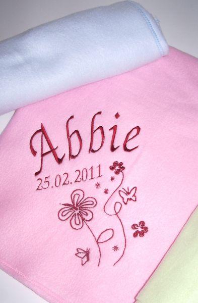 Bestickte Babydecke mit Namen, Geburtstag und Blumen