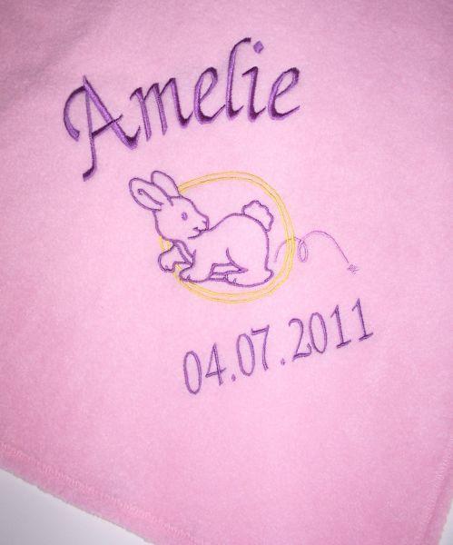 Bestickte Babydecke mit Namen, Geburtstag und Häschen