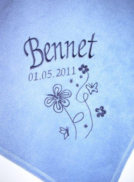Bestickte Kinderdecke mit Namen und Blumen