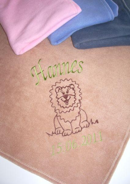 Bestickte Babydecke mit Namen, Geburtstag und Löwe